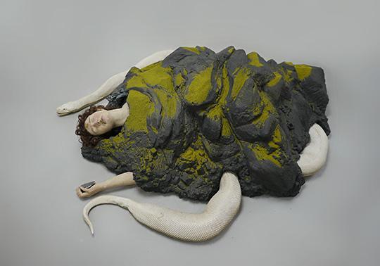 Arise, sculptuur bestaande uit een landschap, slang en mens